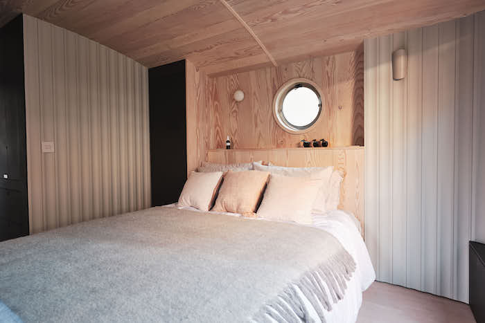 Houseboat for Sale Aucoot London Pink Wooden Theme Cosy